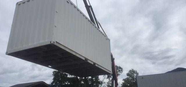Livraison avec camion grue d'un container de chantier à Annecy